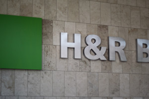 H & R Block Offering Free Filing Services for 1040EZ Filers